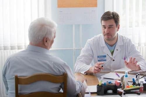 Врач невролог проводит осмотр больного