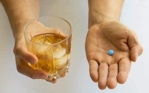 Запивать таблетки алкоголем нельзя