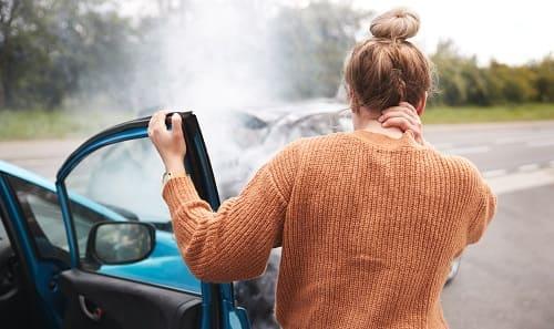 Женщина после аварии с больной шеей