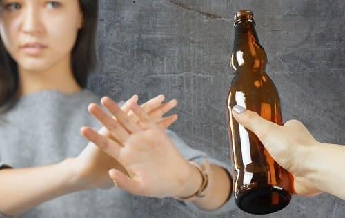 Девушка отказывается от бутылки пива