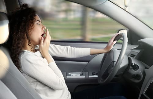 Женщина засыпает за рулем автомобиля