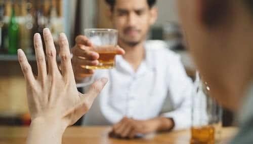 Мужчина отказывает от алкоголя