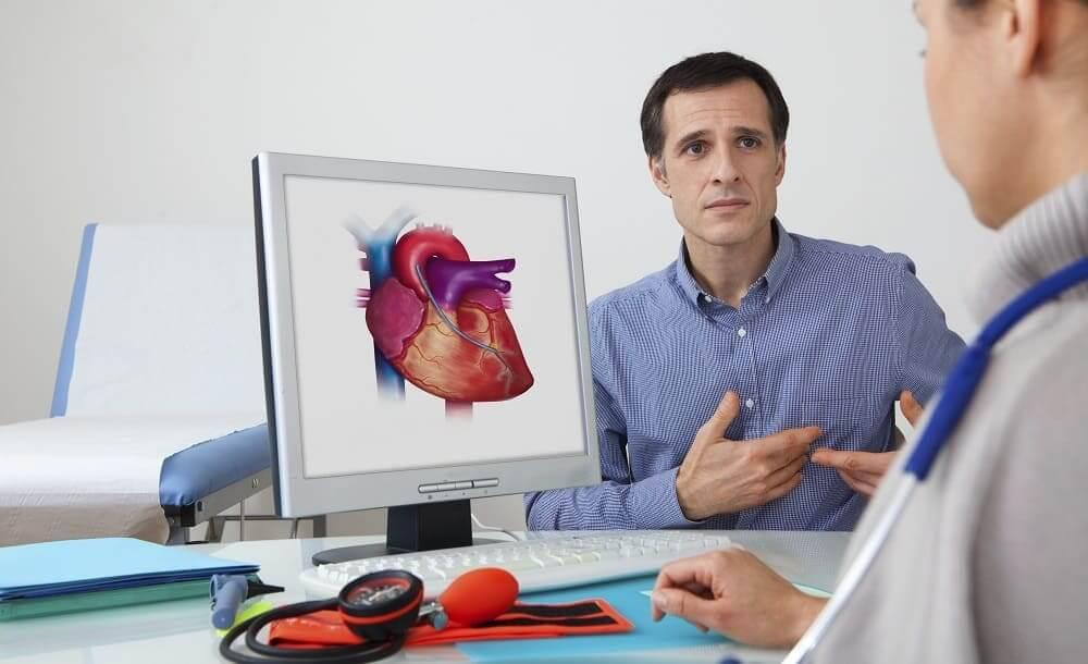 Мужчина рассказывает жалобы на сердце врачу
