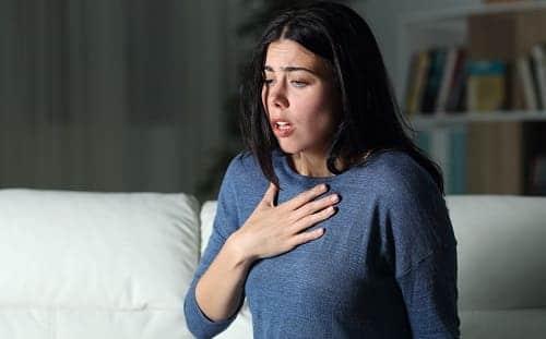 Одышка и дискомфорт в груди у молодой женщины