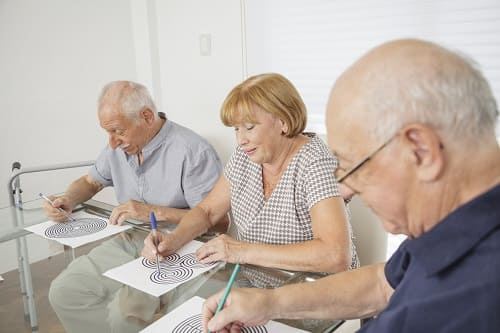 Пожилые люди проходят когнитвные тесты