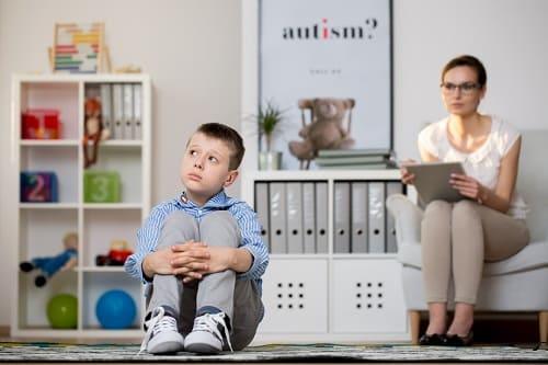 Психолог работает с ребенком с аутизмом