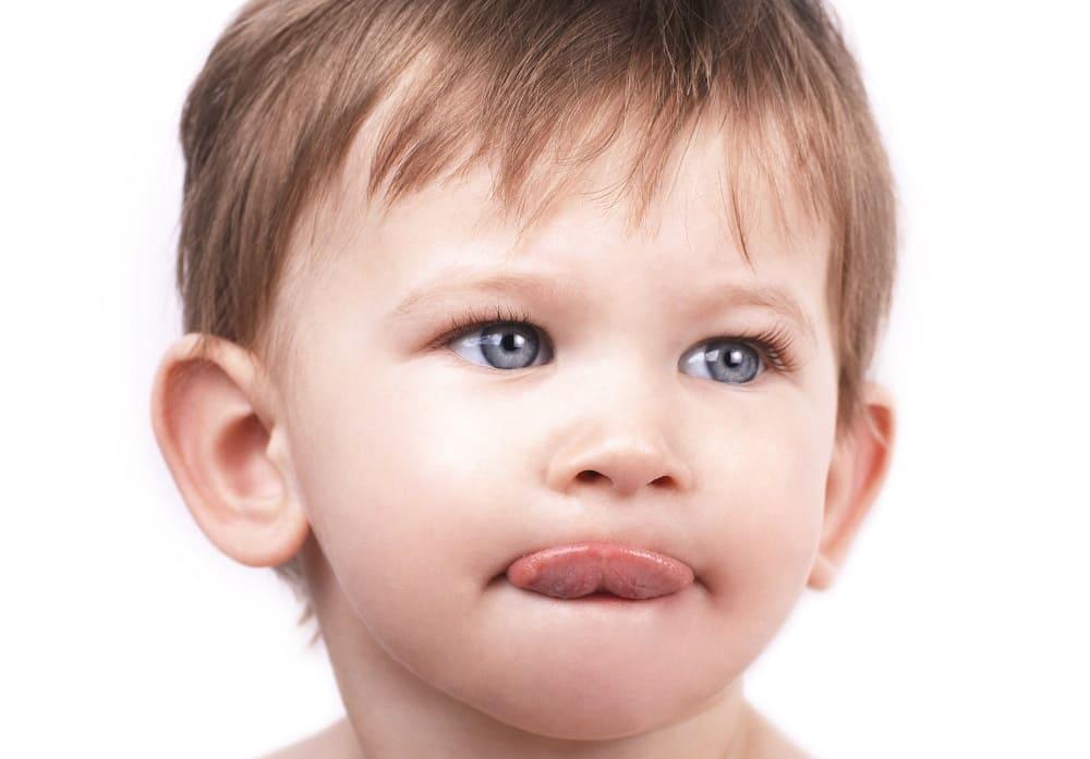 Ребенок с аутизмом высунул язык
