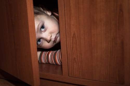 Ребенок выглядывает из шкафа