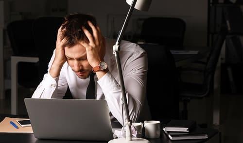 Усталый мужчина с гиподинамией и в депрессии