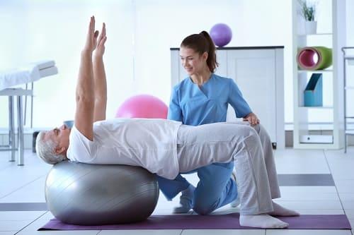 Занятия ЛФК на гимнастиеском шаре с инструктором