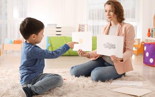Доктор проводит тест ребенку с подозрением на аутизм