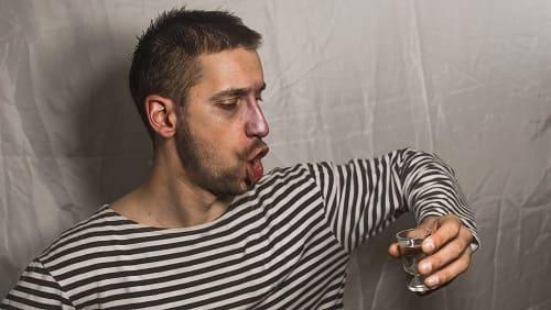 Мужчина готовится выпить водку