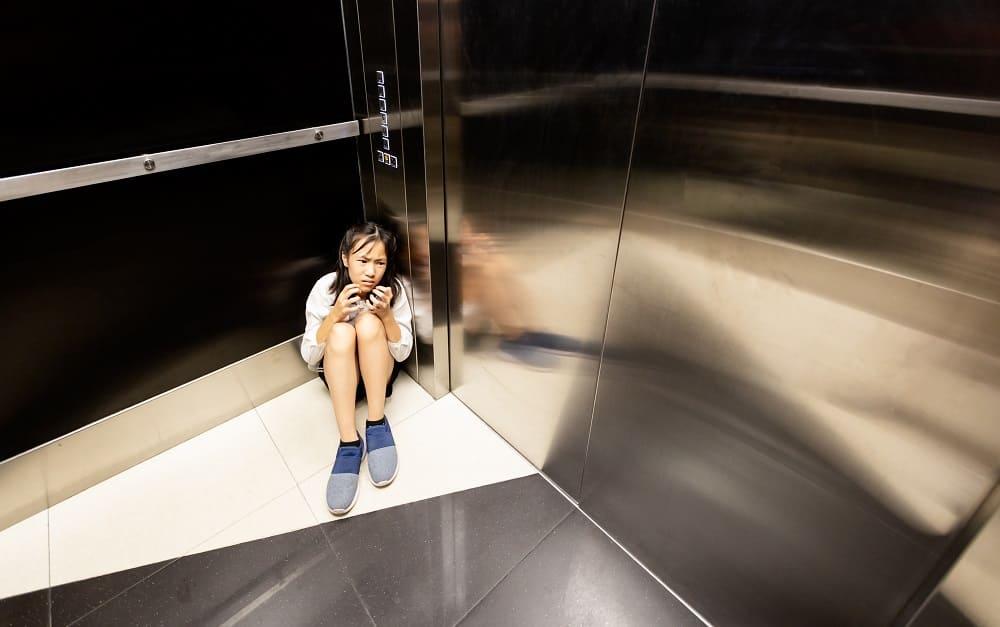 Панический приступ у девушки в лифте
