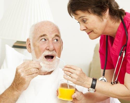 Пожилого с деменцией кормят с ложечки