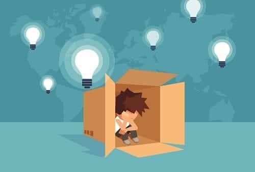 Ребенок с аутизмом в коробке полон идей