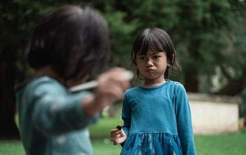 Ребенок ссорится с другим ребенком