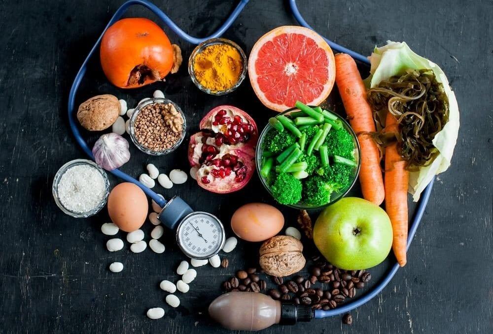 Здоровая пища на фоне тонометра