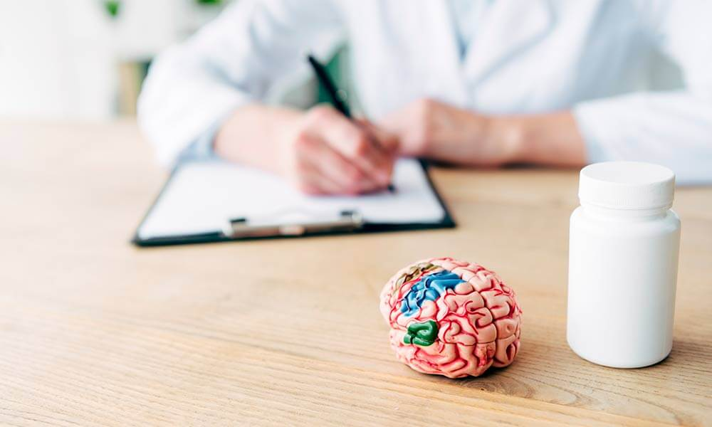Врач пишет справку для инвалида по альцгеймеру