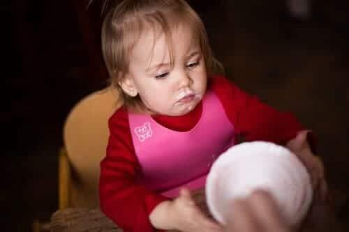 Девочка отказывается кушать и молчит
