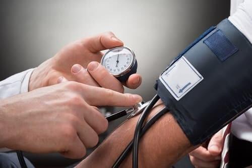 Измерение артериального давления тонометром
