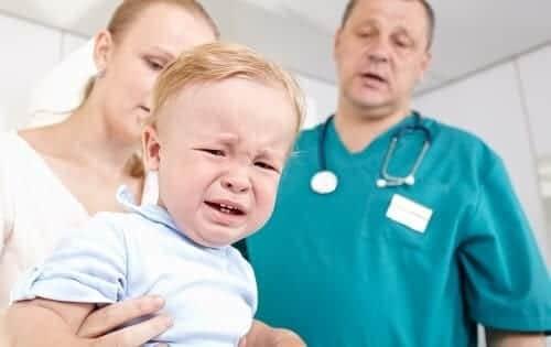 Плачущий ребенок на приеме у врача