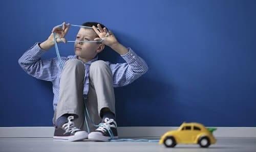 Ребенок играет шнурком а не машинкой