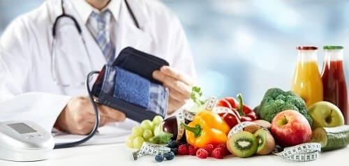 Тонометр на фоне набора здоровых продуктов