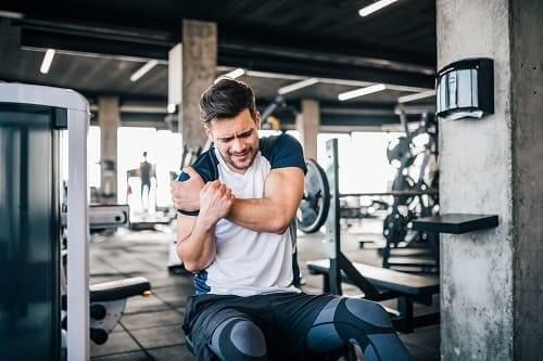 Травма плеча во время тренировки