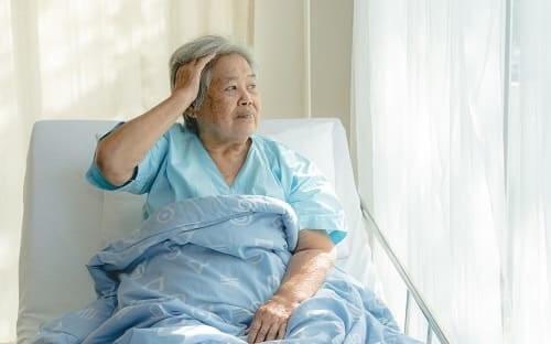 Женщина с энцефалопатией в постели