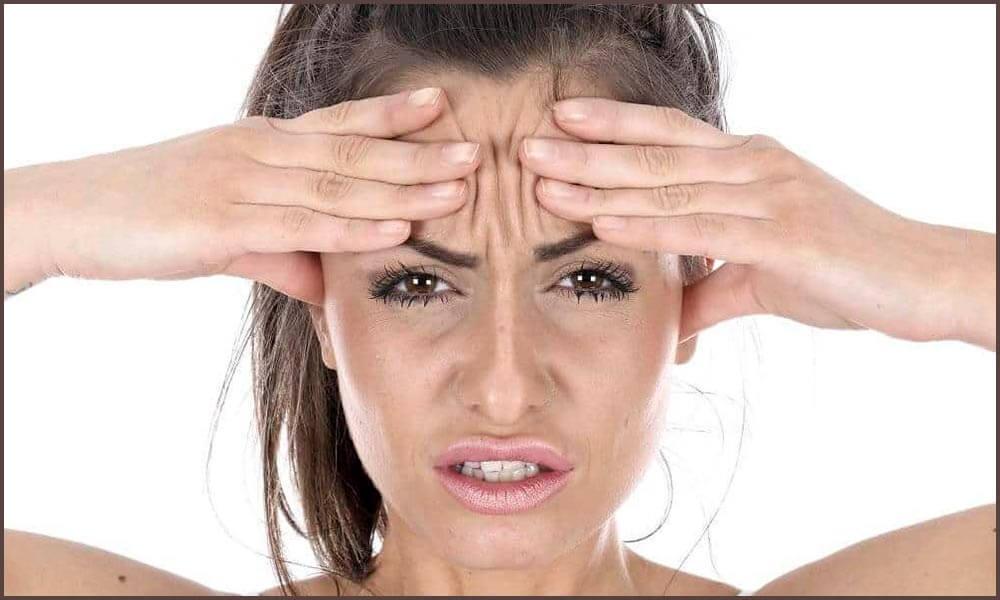 Женщина в панике держится за голову