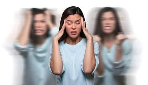 Женщина в состоянии панической атаки деперсонализируется