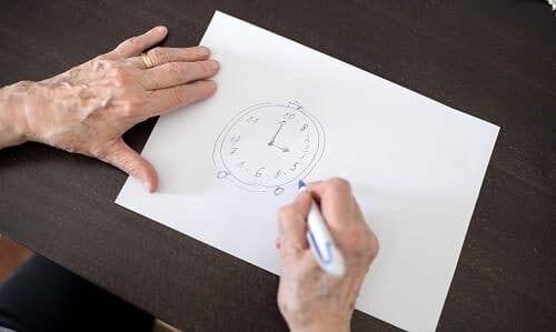 Пожилой человек рисует часы