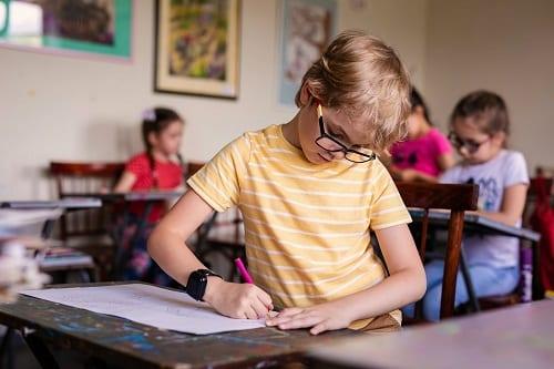 Аутист в школе учится сосредотачиваться