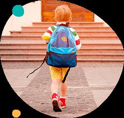Мальчик с рюкзаком идет в школу