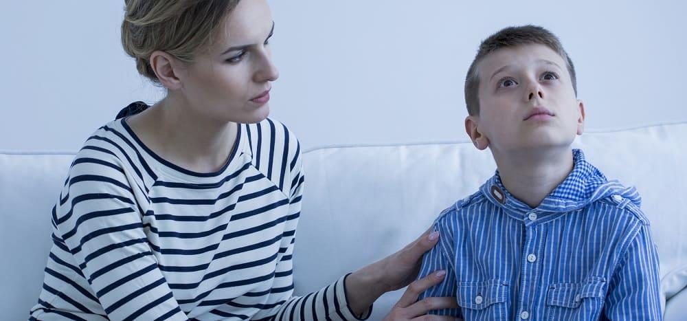 Мама пытается общаться с аутистом