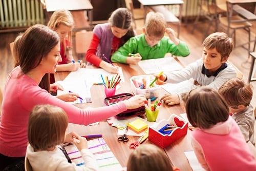 Учитель проводит занятие в группе с аутизмом