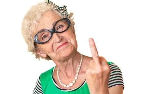 Пожилая женщина с неадекватным поведением