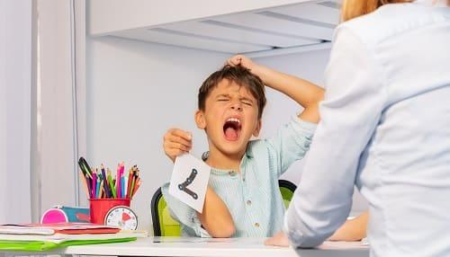 Ребенок с аутизмом выражает эмоции