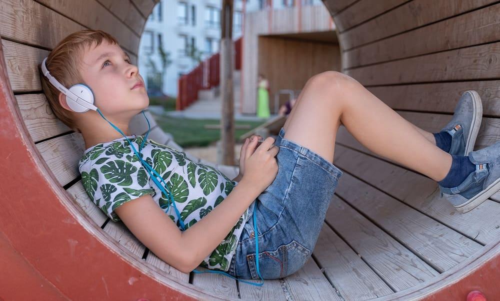 Ребенок с легким аутизмом уединяется от всех