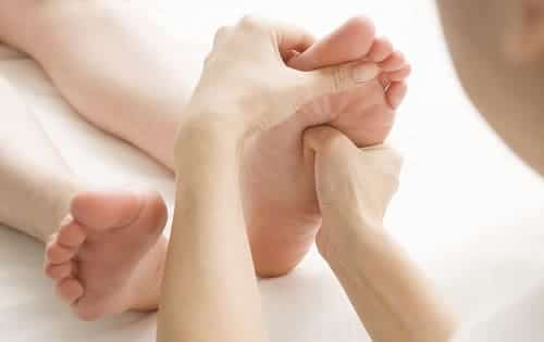 Массаж ног помогает согреть их