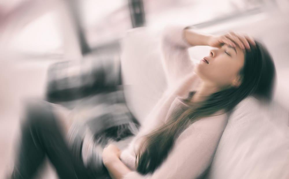 Приступ головной боли с тошнотой у женщин