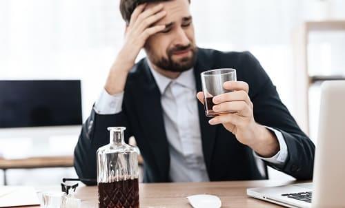 Алкоголь провоцирует боль в висках и в голове
