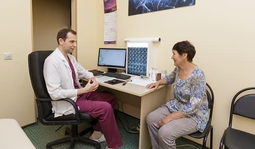 Врачебный опрос в клинике при боли в висках