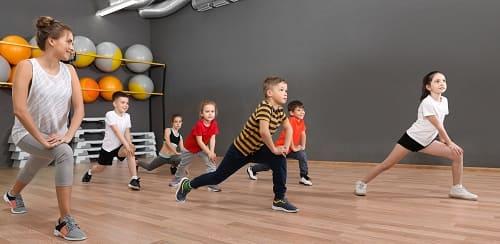 Групповое занятие физкультурой с детьми