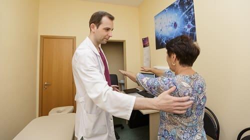 Осмотр пациентки с затылочной болью врачом невропатологом