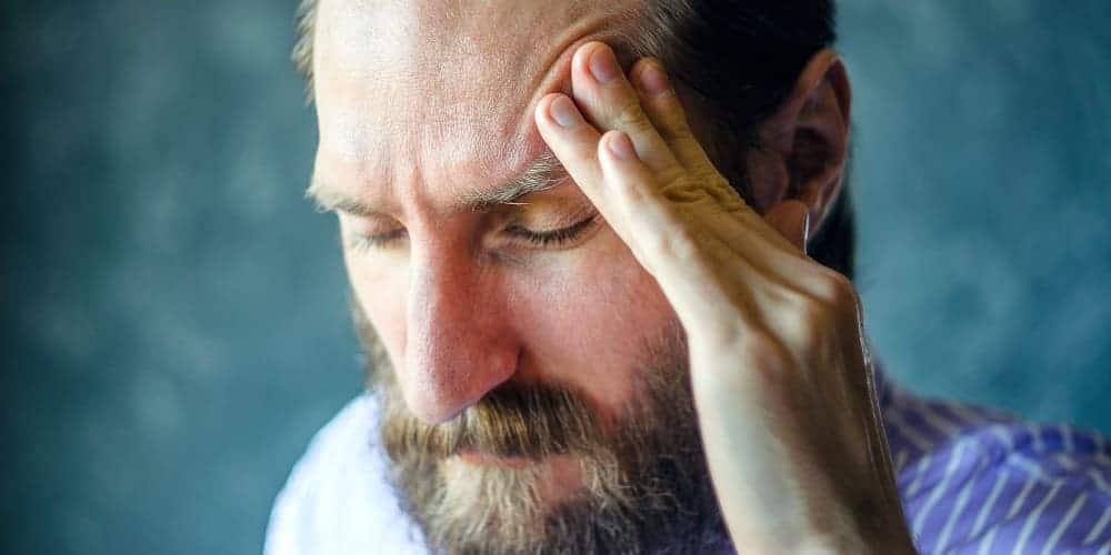 У мужчины болит голова в левой части