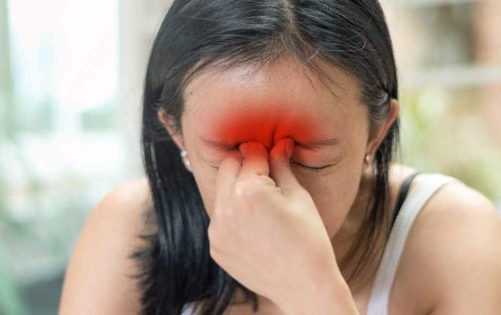 Головная боль над бровями
