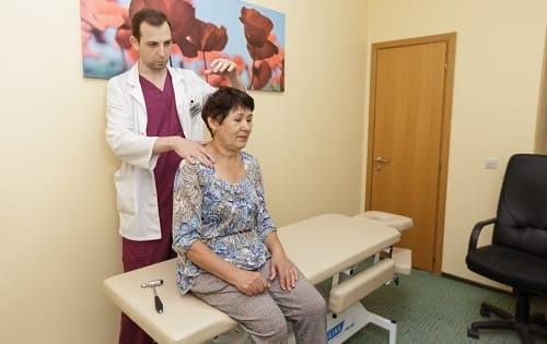 Осмотр пациентки с затылочной болью