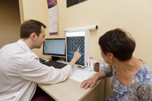 Обсуждение обследований с пациенткой с болью в шее и голове