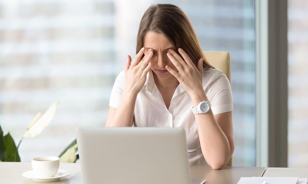 Головная боль давящая на глаза у женщины
